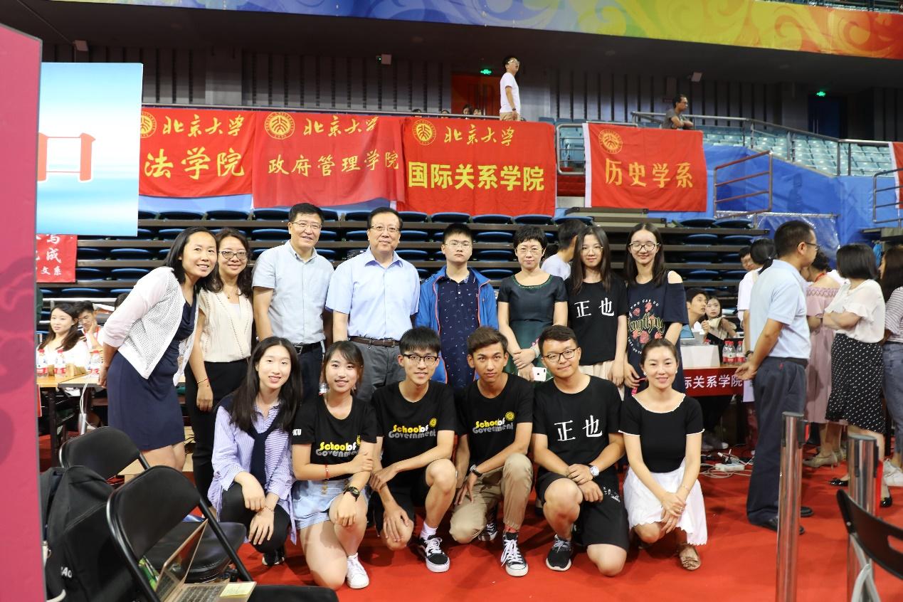 正文   报到期间,北京大学党委书记郝平,北京大学校长林建华来到迎新